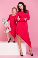 Raudona asimetrinio kirpimo suknelė moteriai