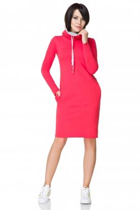 Rožinės spalvos suknelė ilgu kaklu