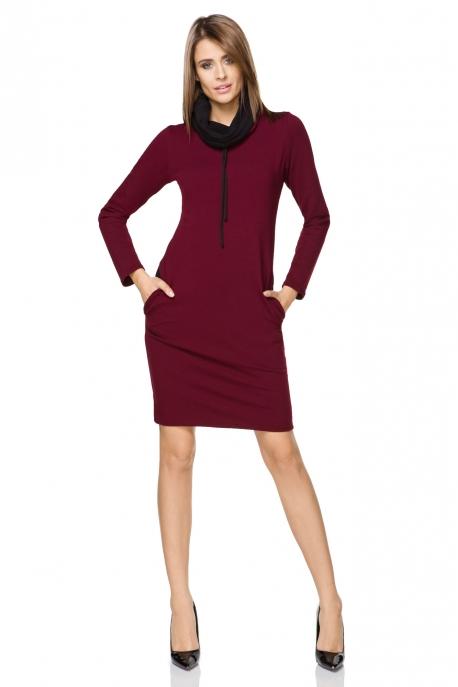 Bordo spalvos suknelė ilgu kaklu