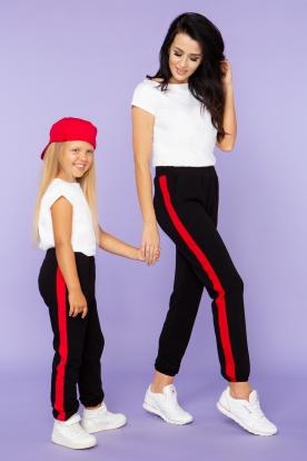 Juodos kelnės su raudona juosta moteriai