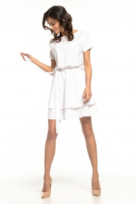 Balta stilinga suknelė