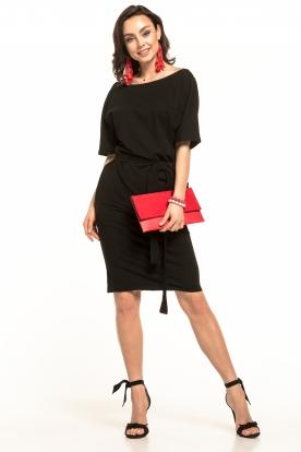 Raudona, stilinga suknelė